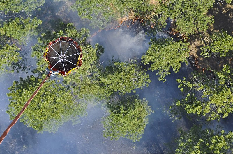 A_U.S._Army_UH-60_Black_Hawk_helicopter_assigned_to_the_Colorado_Army_National_Guard_performs_a_water_drop_while_fighting_the_Black_Forest_Fire_near_Colorado_Springs,_Colo.,_June_12,_2013_130612-Z-UA373-461